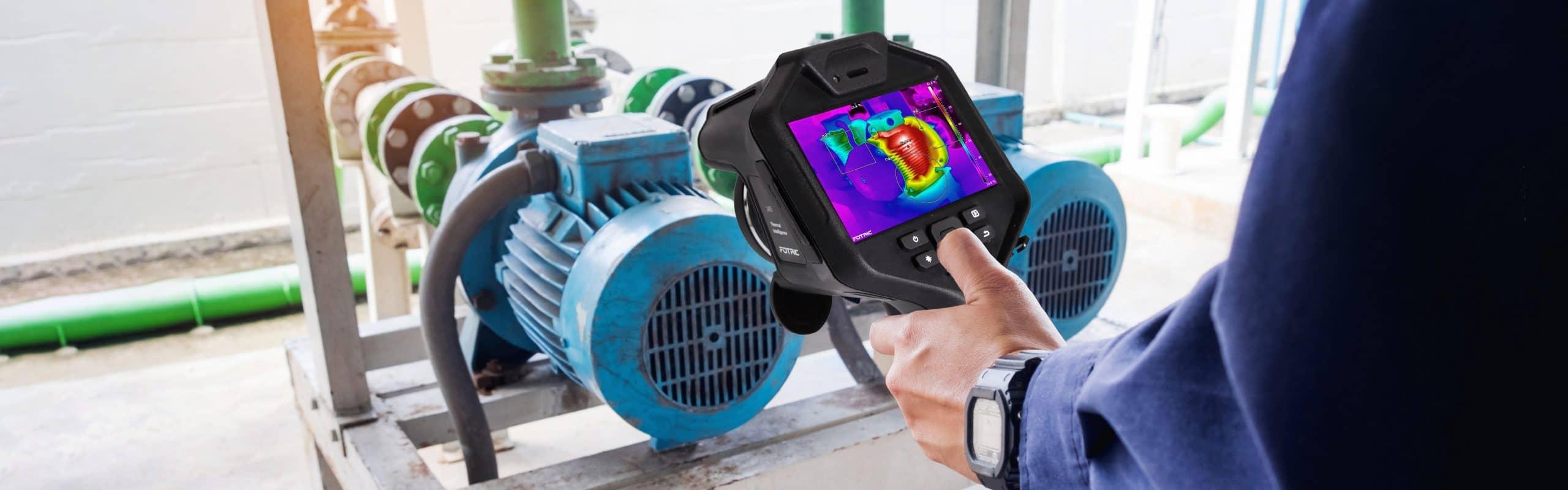 Techniker verwenden Wärmebildkamera zur Überprüfung der Temperatur in der Fabrik
